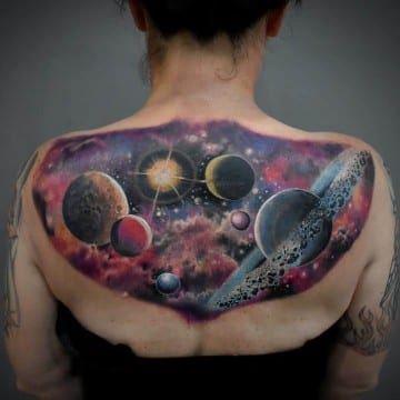 tatuaż na plecach kosmos