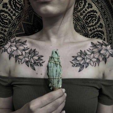tatuaż graficzny kwiaty symetria