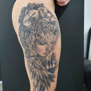 anioł biodro tatuaz