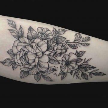 graficzny tatuaz kwiaty przedramie