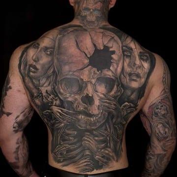mroczny tatuaż na plecach