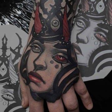 portret neotradycyjny na dłoni