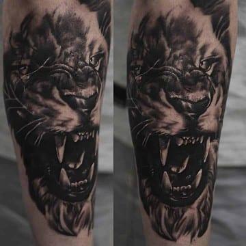 realistyczny tatuaz czarnoszary lew