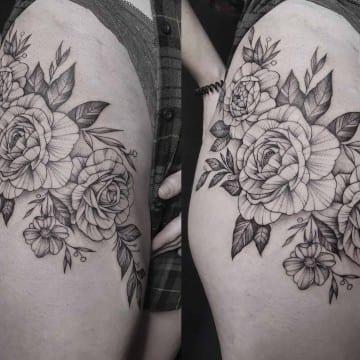 tatuaz graficzny kwiaty na udzie