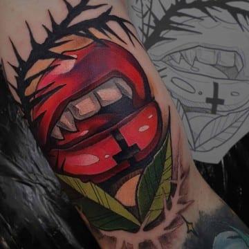 usta neotradycyjny tatuyaż na dłoni