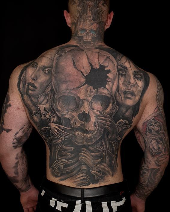 Mroczny tatuaż z czaszką na plecach