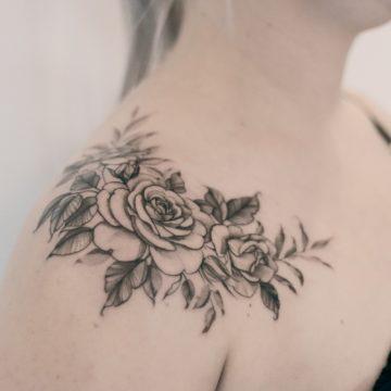 tatuaz graficzny kwiaty