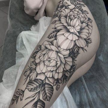 tatuaz na tylku kwiaty