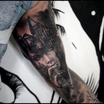 czarnoszary tatuaz biceps