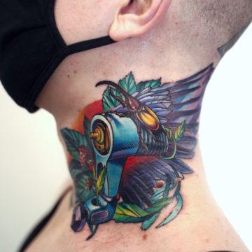 tatuaz naszyi kolorowy