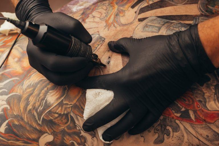 profesjonalny tatuażysta