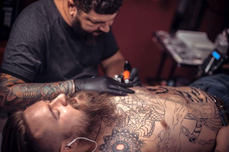 przedłużająca się sesja tatuażu